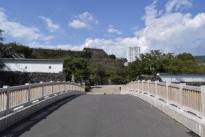 甲府城外堀を渡る