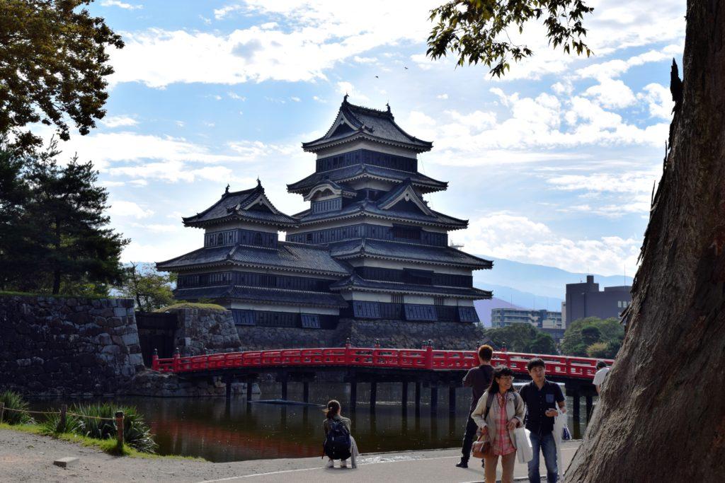 赤い橋と写る松本城