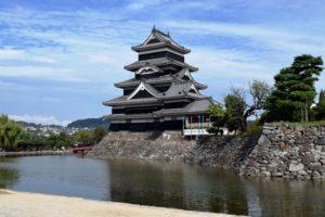 門のそばから撮った松本城