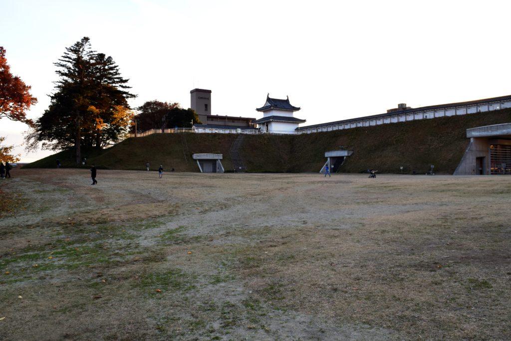 城内から櫓を見上げる