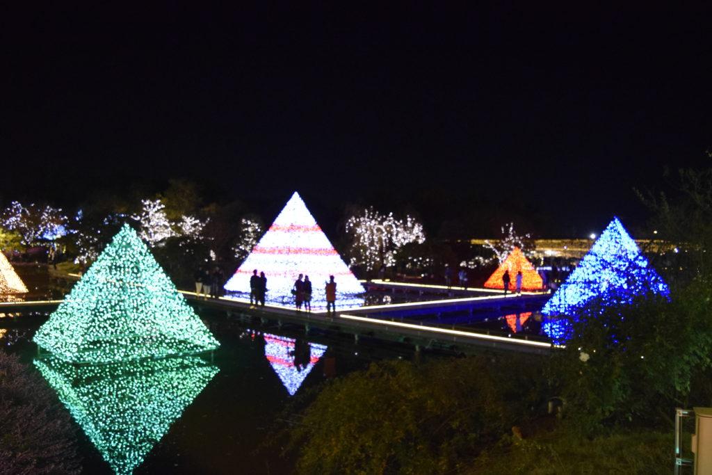 池に写る光のピラミッド