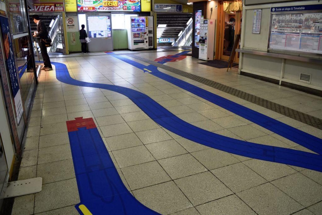 京成立石駅の床