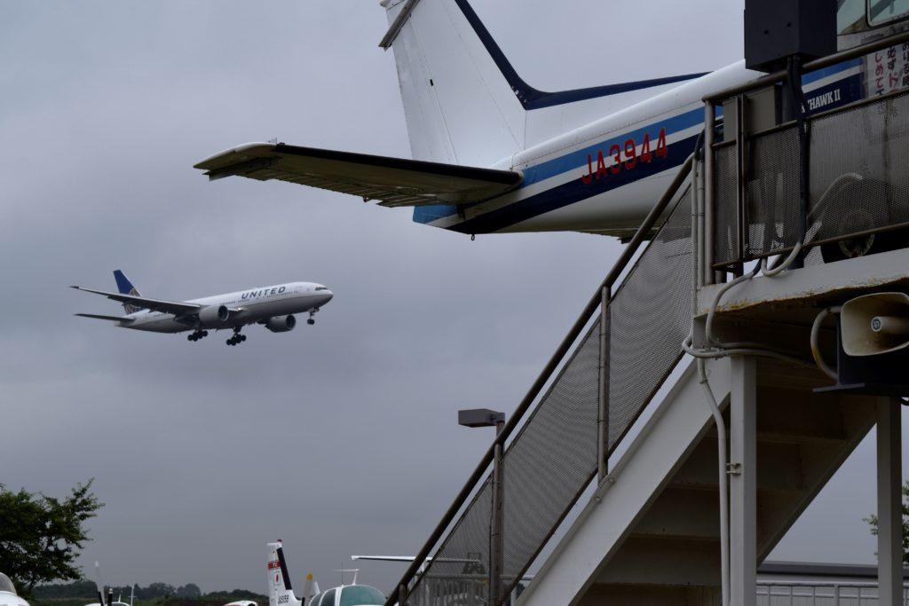 屋外展示場から見る飛行機